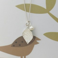 Beech leaf small pendant with removable pearl